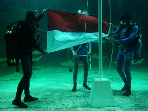 pengibaran-bendera-dalam-air-3